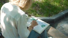 街道与水彩的艺术家图画在公园 影视素材