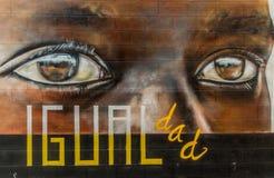 街道与着迷的神色的艺术街道画 向量例证