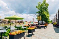 街道与运河的咖啡馆大阳台在上海朱家角水镇 免版税库存照片