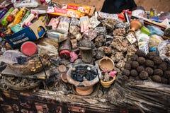 街道与香火、树脂和香水的wendor摊位 免版税库存图片