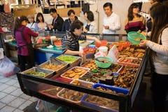 街道与custumers人群的食物店  库存照片