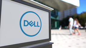 街道与Dell公司的标志板 徽标 被弄脏的办公室中心和走的人背景 回报4K的社论3D 影视素材