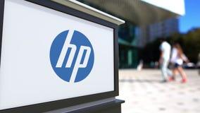 街道与HP公司的标志板 徽标 被弄脏的办公室中心和走的人背景 社论4K 3D翻译 影视素材