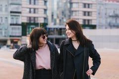 街道两美丽,微笑和非常时髦的女孩生活方式画象hulyayutpo城市在春日 库存图片