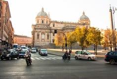 街道交通和教会在罗马 免版税图库摄影