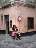 街道佛拉明柯舞曲舞蹈家在卡迪士,南西班牙 免版税库存照片