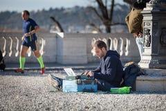 街道作家 在城市街道的打字机 库存图片