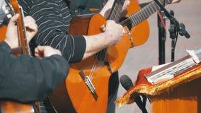 街道使用在声学吉他的音乐家带 慢的行动 股票视频