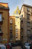 街道典型的看法在那不勒斯 所有自由空间乘停放的汽车占领 免版税库存照片