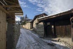 街道冬天视图在Koprivshtitsa历史镇,索非亚地区,保加利亚 图库摄影
