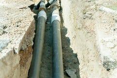 街道分区供暖与老管子的地面挖掘末端替换的系统管道重建站点有新的 免版税库存照片