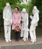 街道剧院的艺术家五颜六色的服装的 免版税库存图片