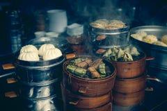 街道卖中国专业的食物摊蒸在瓷的饺子 库存照片