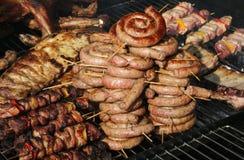 街道卖很多猪肉和牛肉的食物摊位 免版税库存照片