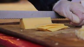 街道厨师切口乳酪用肮脏的手 恶劣的卫生学习性,不卫生 股票录像