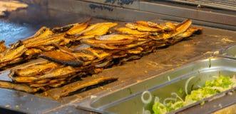 街道厨房在有烤鲭鱼内圆角的伊斯坦布尔 库存图片