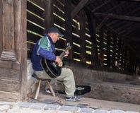 街道吉他演奏员在入口附近弹吉他到隧道,导致Sighisoara老镇在罗马尼亚 库存照片