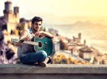 年轻街道吉他弹奏者 免版税图库摄影