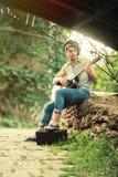 年轻街道吉他弹奏者 库存照片