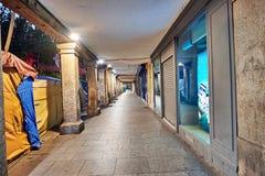 街道和中世纪市场& x28; closed& x29;在埃纳雷斯堡、黎明在星期西万提斯期间& x28; 10/06/2016& x29; 库存照片