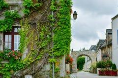 街道和五颜六色的古老房子在泰尔地区罗谢福尔,法国布里坦尼 免版税库存图片