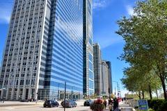街道和交通在街市的芝加哥 库存照片