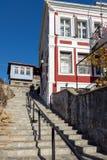 街道和典型的房子从无背长椅期间在克桑西,希腊 库存图片
