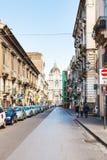 街道和圣徒阿佳莎大教堂在卡塔尼亚 库存照片