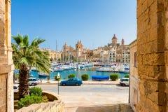 街道和小游艇船坞在森格莱阿马耳他 库存图片