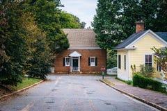 街道和房子在老萨利姆历史的区,在温斯顿 免版税库存照片
