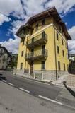 街道和房子在高山Italian Ponte di Legno地区Lombaridya布雷西亚,北意大利山镇  图库摄影