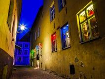 街道和房子有有启发性窗口的,塔林,爱沙尼亚 免版税库存图片