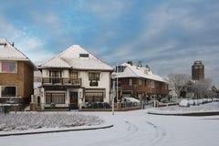 街道在整洁一个小的村庄海在冬天,荷兰 库存图片