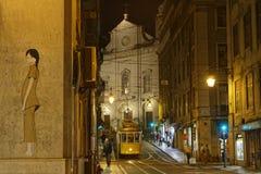 街道和电车轨道夜场面在里斯本 免版税库存照片