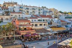 街道和餐馆在海滩附近在Carvoeiro 库存图片
