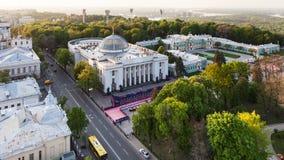 街道和Verkhovna Rada在春天微明下 库存图片