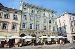 街道咖啡馆在利沃夫州的中心 免版税库存照片