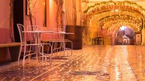 街道咖啡馆在反对城市照明光的晚上 库存图片