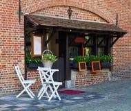 街道咖啡馆在古老欧洲城市。 库存图片