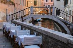 街道咖啡馆在威尼斯的历史的中心 免版税库存图片