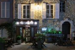 街道咖啡馆在老镇Mougins在法国 被停泊的晚上端口船视图 免版税库存图片