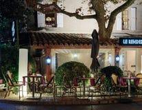 街道咖啡馆在老镇Mougins在法国 被停泊的晚上端口船视图 免版税图库摄影