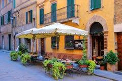 街道咖啡馆在蒙达奇诺镇, Val d ` Orcia,托斯卡纳,意大利 免版税库存图片