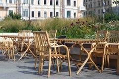 街道咖啡馆桌在市中心 免版税库存图片