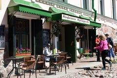 街道咖啡馆的人们在维堡,俄罗斯 免版税图库摄影