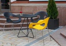 街道咖啡馆表和椅子  免版税库存图片