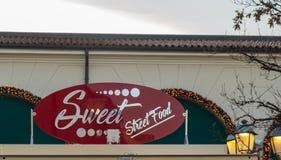 街道在一个正方形的食物牌在有附近灯的街道附近 街道在一个正方形的食物牌在有la的街道附近 免版税图库摄影