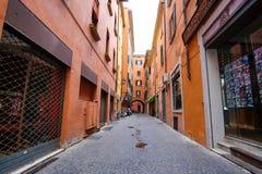 街道在一个老镇的中心在波隆纳 免版税库存照片