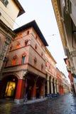 街道在一个老镇的中心在波隆纳 库存图片