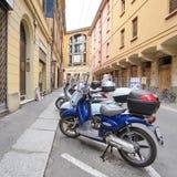 街道在一个老镇的中心在波隆纳 免版税图库摄影